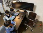 [リビング学習机の有効利用法]2人用の机を一度に5人で使えるように配置変更しました。